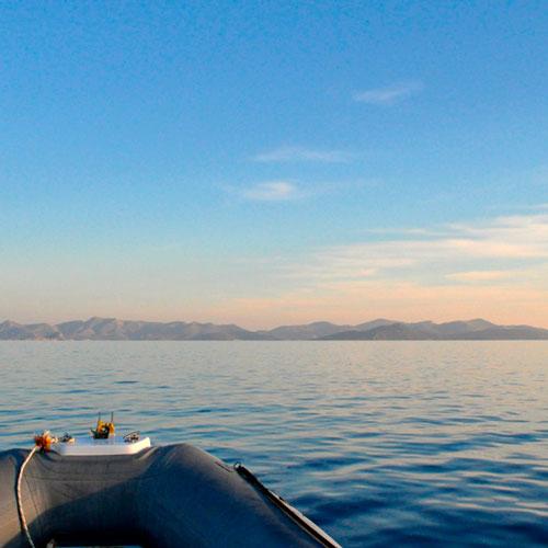 Venir en bateau, louer une maison à Lipsi, la Villa M vous attend.
