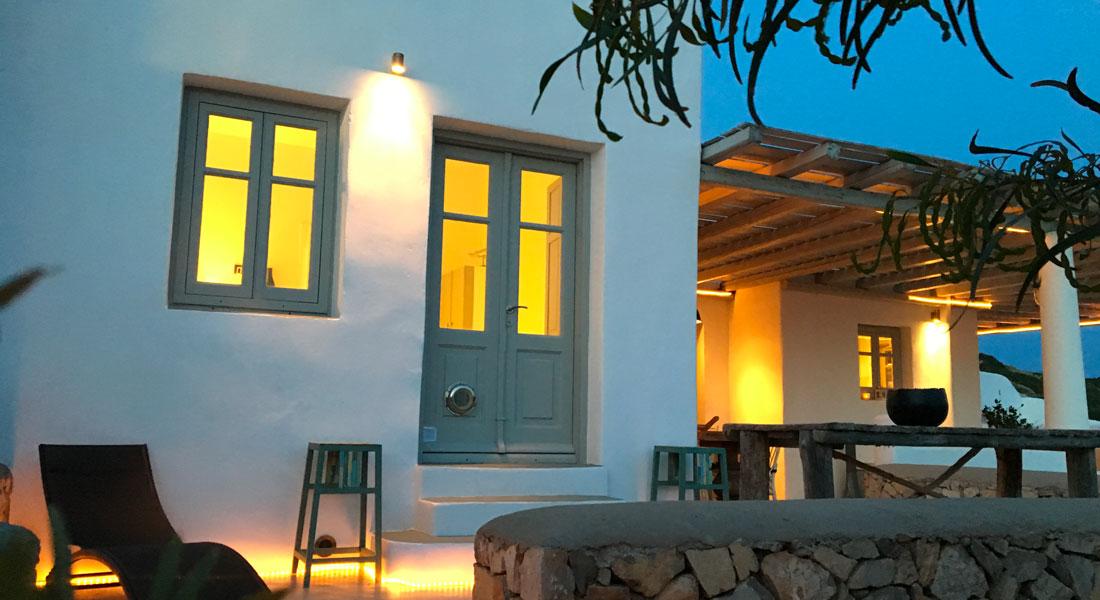 Magique de jour comme de nuit, la Villa M à Lipsi